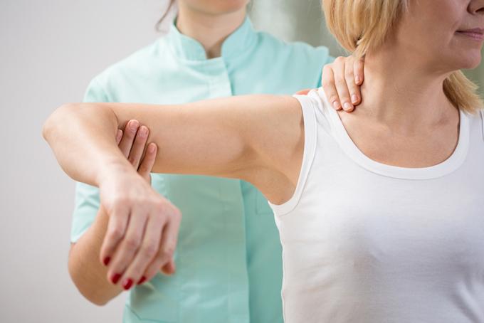肩を動かしてもらっている女性の画像
