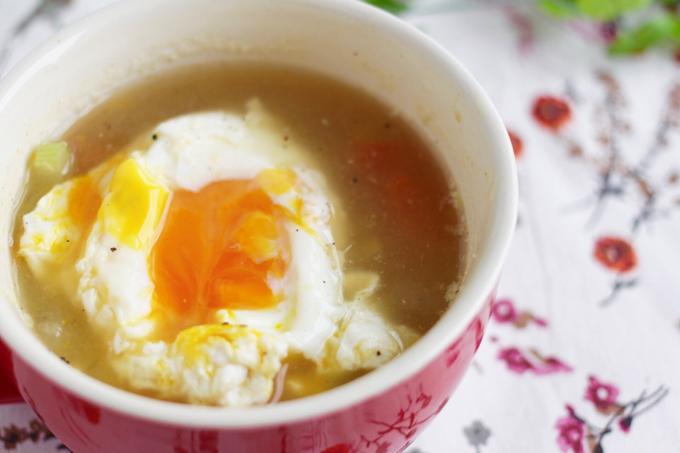 半熟卵がのぞいたスープ