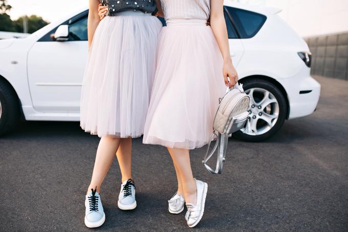 チュールスカートを履いている2人の女性の画像