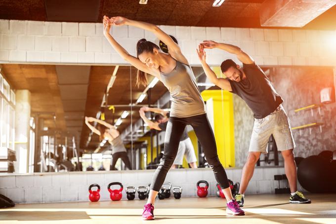 体操する女性の画像