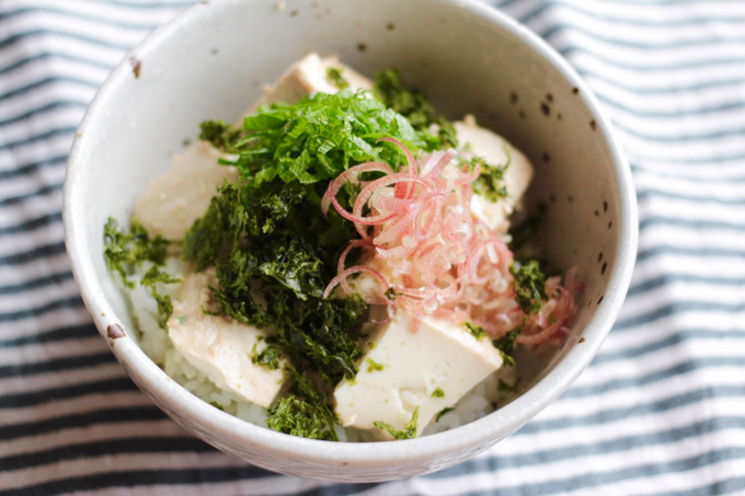 麹漬け豆腐の薬味のせご飯、できあがり上からのぞいた