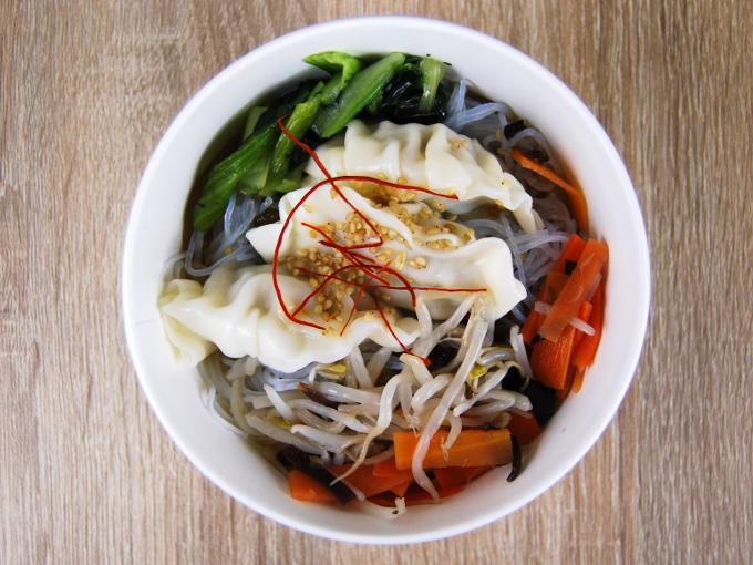 容器の蓋を外した「餃子と野菜の春雨スープ」の画像