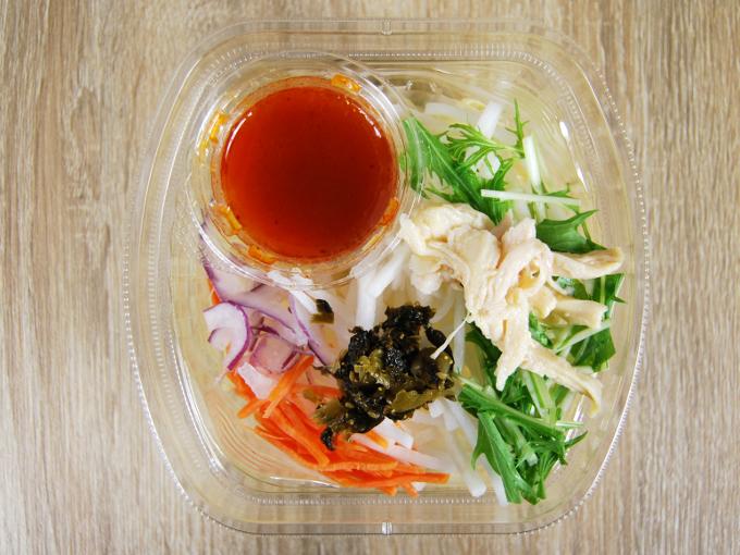 容器の蓋を外した「ピリ辛高菜と蒸し鶏の明太パスタサラダ」の画像
