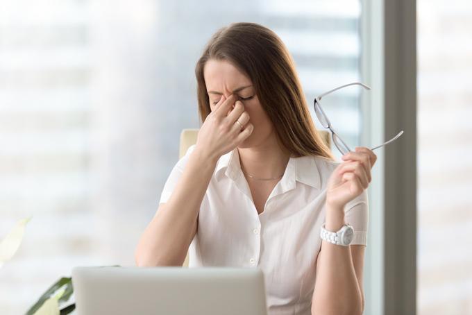 眉間をつかんでいる女性の画像