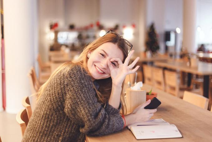 OKポーズで笑顔の女性