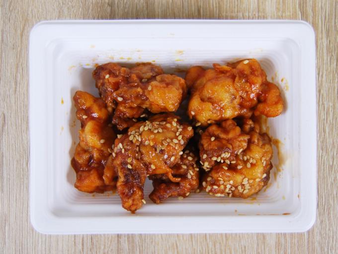容器の蓋を外した「コチュジャンたれの鶏唐揚げ」の画像
