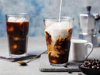 コーヒーを淹れている画像