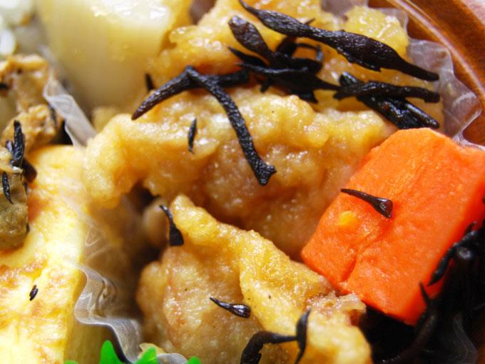容器の蓋を外した「わかめご飯と鶏唐揚のみぞれあん仕立て弁当」のアップ画像