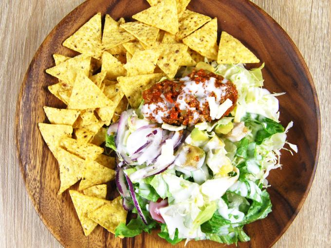 お皿に移した「トルティーヤチップと食べる! ざくざくサラダ」の画像