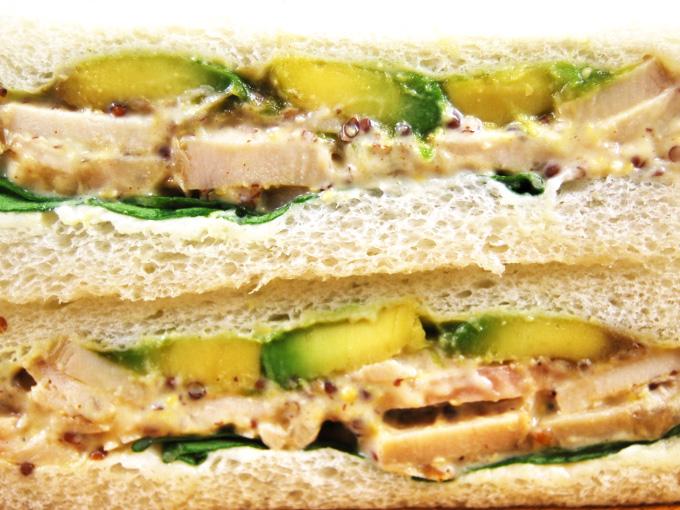 お皿に移した「アボカド&チキン(ハニーマスタード)」を横にしたアップ画像