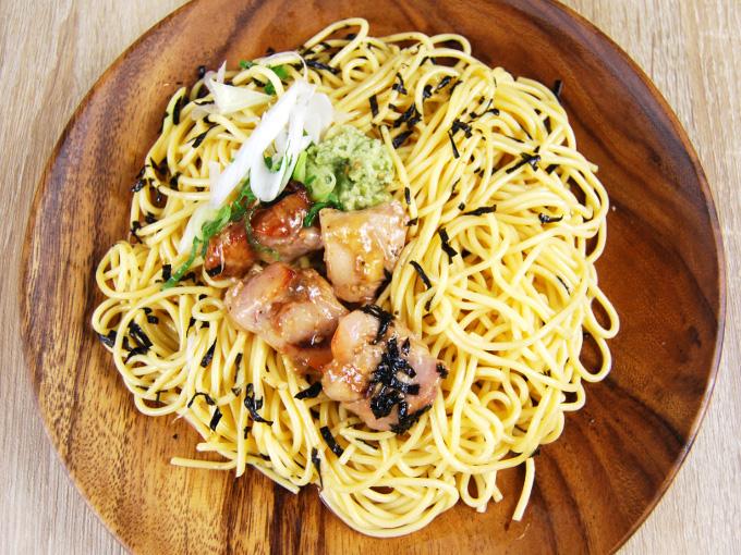 お皿に移した「鶏塩焼とわさびの和パスタ」の画像