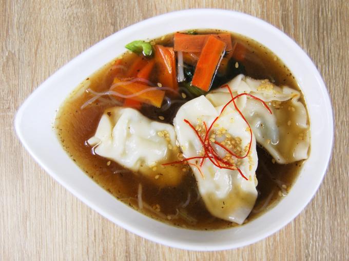 お皿に移した「餃子と野菜の春雨スープ」の画像