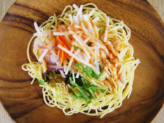 お皿に移した「ピリ辛高菜と蒸し鶏の明太パスタサラダ」の画像