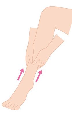 足首からふくらはぎにかけてマッサージしているイラスト