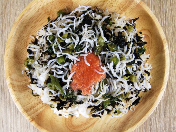お皿に移した「明太しらすごはん(スーパー大麦入り)」の画像