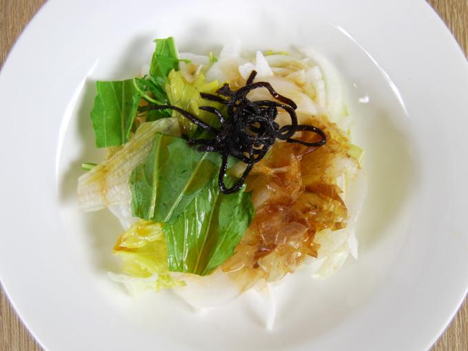 お皿に移した「淡路島産新玉葱のおつまみサラダ」の画像