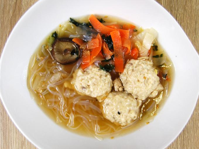 お皿に移した「鶏と蓮根のつくね入り和風スープ」の画像