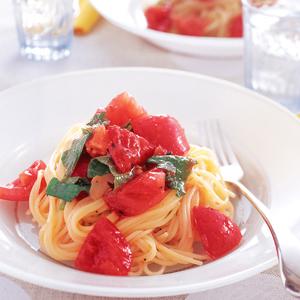 トマトと青じそをまぜたパスタがお皿に乗っている