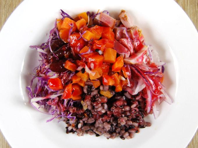 お皿に移した「赤のまぜまぜサラダ」の画像