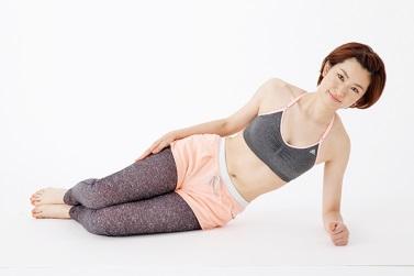 <2>右わき腹の力を使い、腰を床から浮かせる 右腕のひじから先、脚のひざから先を床につけたまま、腰を床から浮かせて10秒キープ。できるだけ、右腕と足に頼らずに、右わき腹の力を使って腰を持ち上げましょう。