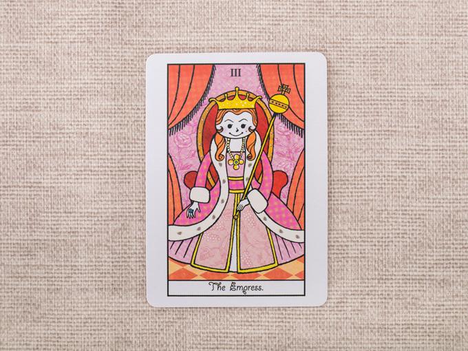 王冠をかぶった女性の絵