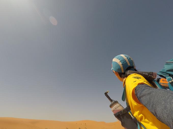 砂漠をかみしめながら歩く矢原さん