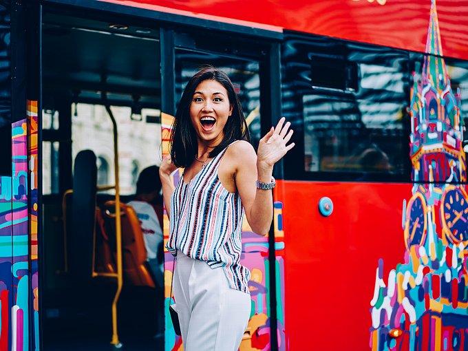 バスに乗りかけたところで、知り合いに気づく女性