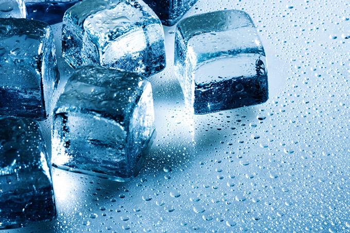 ブロック型の氷が数個並んでいる画像