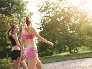 トレーニングウェアを着た女性が歩いている画像