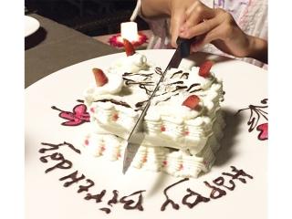 ケーキにナイフを入れている