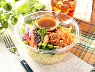 「パパッと食べられるのがうれしい」彩り豊かな野菜と旨味たっぷりチキンが入った「1食分の野菜と照焼チキンのパスタサラダ」がローソンに新登場