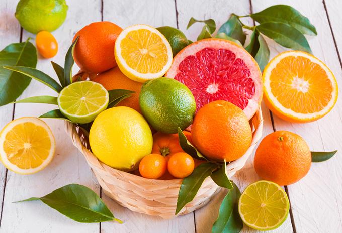 カゴに入った柑橘系のフルーツ