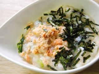 お皿に移した「あごダシ入り! 北海道産焼鮭のおかゆ」のアップ画像