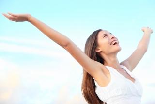 女性が笑顔で手を広げている画像