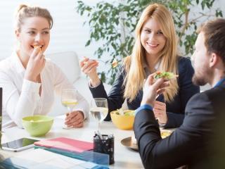 楽しそうに食事をしている男女の画像