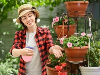 花に水をあげる女性