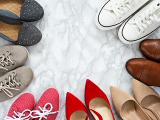 たくさん並んでいる靴の画像