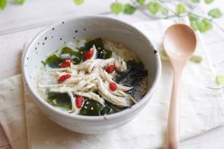 「わかめと蒸し鶏の中華風スープごはん」のできあがり