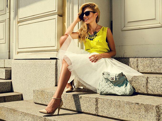石段に座る夏服の女性