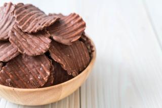チョコレートのかかったポテトチップス