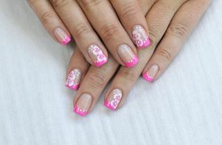 ピンクの花柄ネイルを施した指先の画像