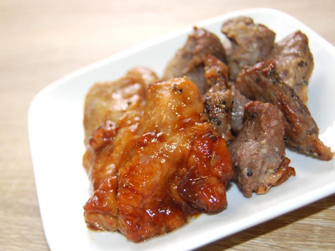 お皿に移した「豚ハラミと鶏ふりそでの直火焼き」のアップ画像