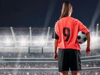 スタジアムに立った女性サッカー選手の画像