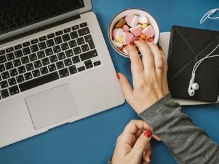 デスクでお菓子を食べる女性