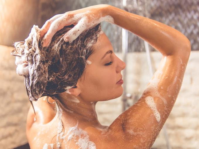 シャンプーをする女性の写真