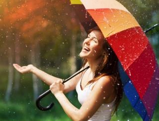 湿気でうねる髪は「アーモンドオイル」で解決! 梅雨の湿気トラブル対処法