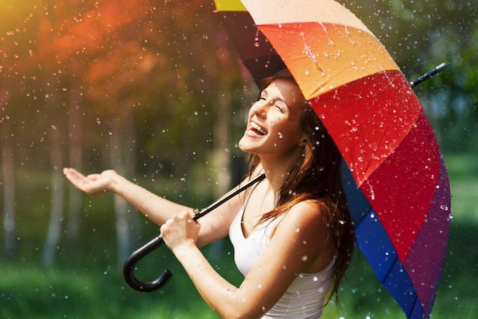赤い傘をさしている女性の画像