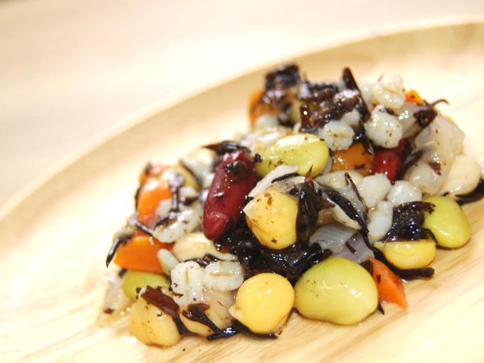 お皿に移した「4種の豆とひじきの和風サラダ」のアップ画像