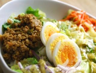 グリーンカレー×サラダの新感覚テイスト。1食で満腹感が得られる「雑穀ボウルサラダ」