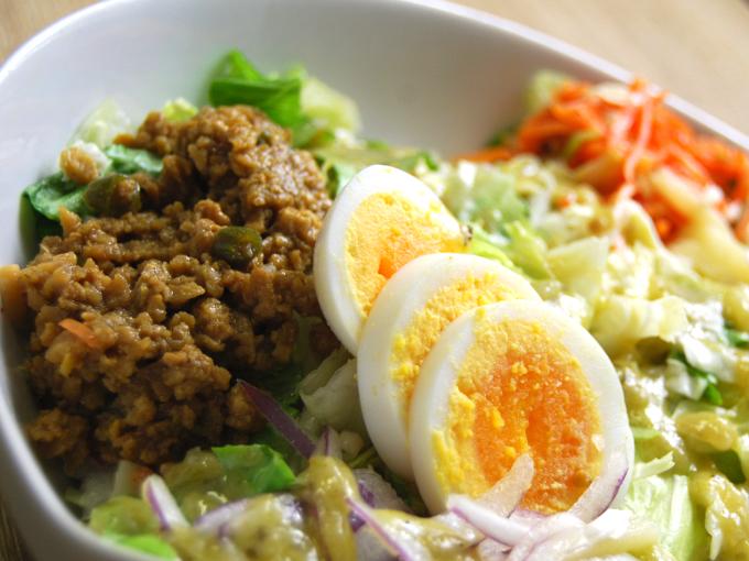 お皿に移した「グリーンカレー風雑穀ボウルサラダ」のアップ画像